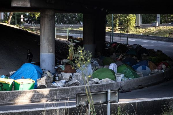 """Des tentes sur la """"Colline du crack"""" dans le nord de Paris. Photo prise fin juin 2019."""