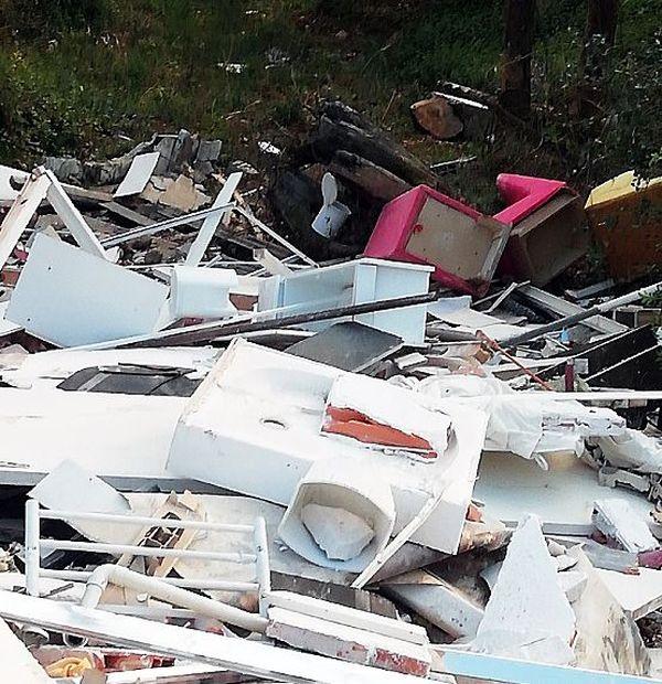 9 tonnes de déchets issus de la démolition d'un hôtel ont été déposées en toute illégalité à Caharet près du ruisseau la Lène dans les Haute-Pyrénées.