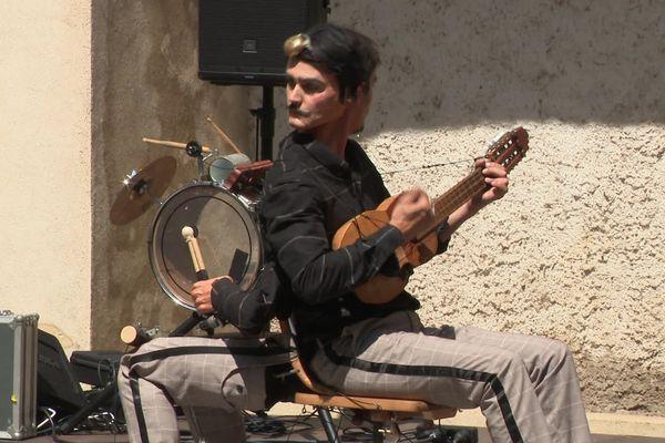"""La compagnie La Muette présentait son spectacle intitulé """"le faux orchestre""""."""
