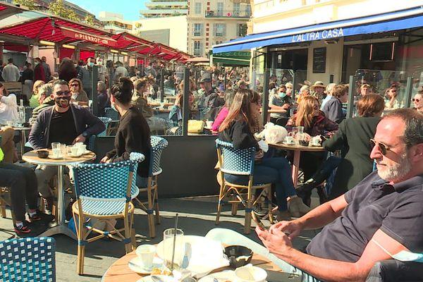 A Nice, les policiers ont contrôlé les mesures de distance sociale dans les restaurants et sur les terrasses.