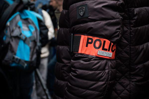 Cette agression d'un policier à Lyon, survient dans un contexte sensible de manifestations en France et dans le monde contre les violences policières.