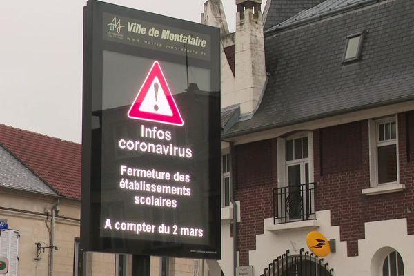 À Montataire, un panneau indiquant la fermeture des établissements scolaires à compter du 2 mars