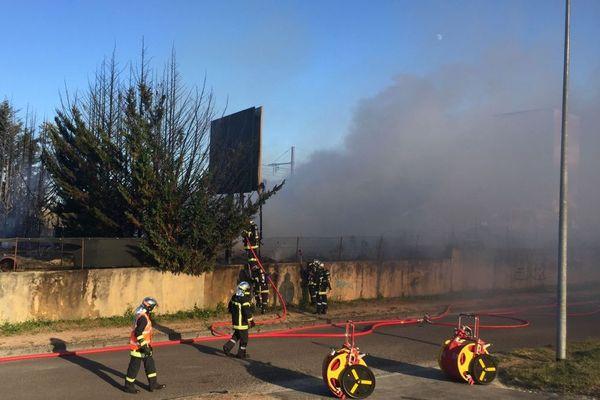 Une trentaine de pompiers et une dizaine de véhicules ont été envoyés dans la zone industrielle Nord de Dijon pour éteindre l'incendie qui s'est déclaré mercredi 29 juillet 2020.