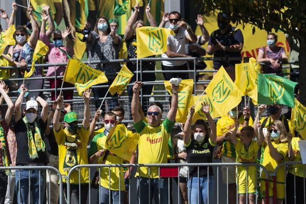 Quelques supporters venus encourager les joueurs du FC Nantes avant le match retour de barrage contre Toulouse, le 30 mai 2021
