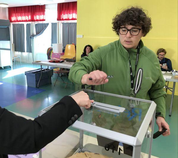 Bien qu'elle soit venue voter, Valérie ne cautionne pas le maintien du scrutin. Reims, 15/03/2020