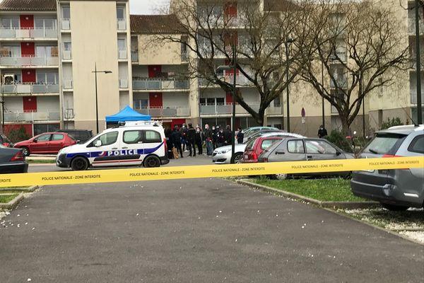 Un périmètre de sécurité avait été mis en place par la police au pied de l'immeuble où s'est déroulé le drame.