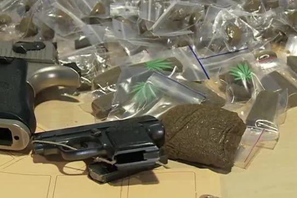 Des armes et du cannabis saisis à Nîmes