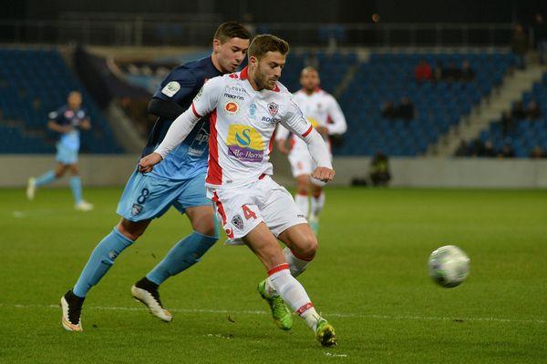 Joris Sainati, défenseur de l'AC Ajaccio (ici face à Le Havre la saison dernière), a été suspendu 16 mois par la LFP pour son comportement à l'issue de la rencontre contre Tours le 28 août dernier.