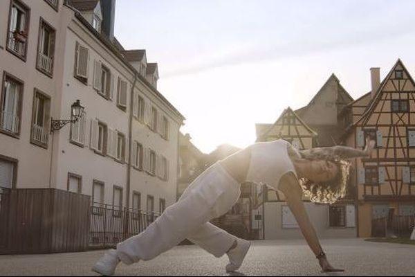 Le court-métrage d'Olivier Schmitt rassemble huit danseurs dans les rues désertes de Colmar pendant le confinement.