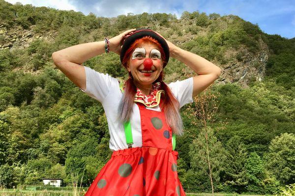 Anita le clown, dans son village à Laifour, même les collines lui sourient