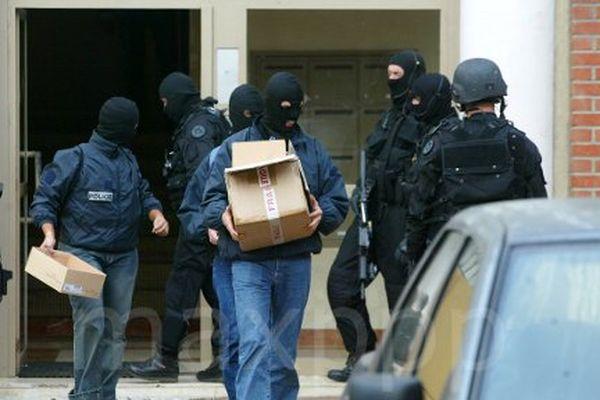ARCHIVES Arrestation à Trappes de plusieurs personnes soupçonnées d'appartenir à un réseau terroriste.