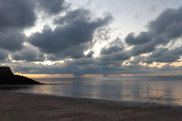 Dans le Calvados, au large de Trouville, sur la Côte Fleurie, l'horizon restera nuageux et menaçant toute la journée.