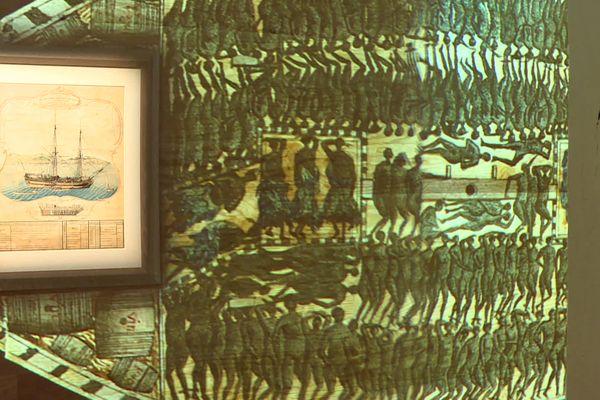 Cette aquarelle produite au 18ème siècle dévoile l'entassement des esclaves dans les bateaux négriers