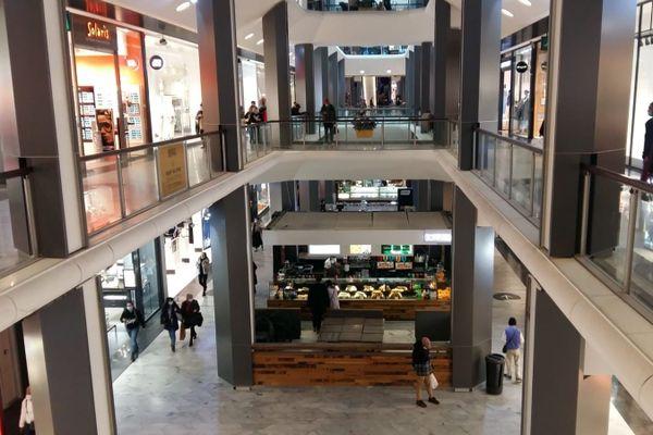 Dans les allées du centre de la Part Dieu, 2e espace commercial de France, on comptait 2 fois moins de clients qu'à la même date samedi 28 novembre, et les allées étaient clairsemées ce dimanche.