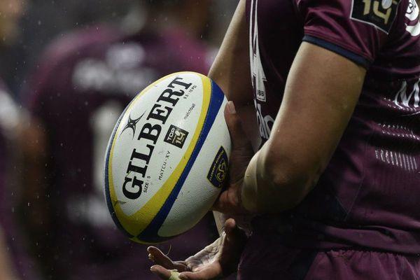Lun des joueurs de l'UBB tient le ballon lors du match contre Clermont le 14 avril au Stade Michelin.