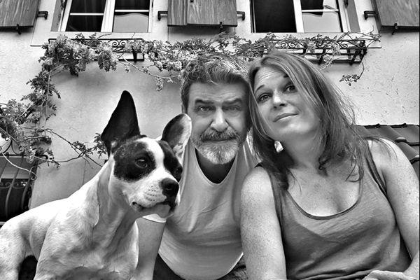 Depuis Noël 2019, la famille Horand vit à Hoerdt : la compagne Mylène se trouve à droite, le photographe Franck au centre, et la chienne June, croisée bouledogue-Jack Russel de 4 ans, à gauche.