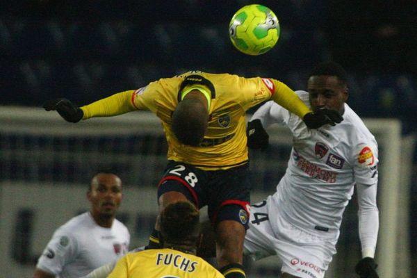 Faneva Andriatsima (28) face a Michel Espinosa (24) lors de la 21eme journee de Ligue 2 : Fc Sochaux - Montbelliard (jaune et bleu) contre Clermont Foot (blanc), au stade Bonal le 20 janvier 2017.