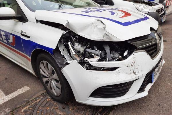 Béziers (Hérault) - l'un des véhicules de police percutés par le fuyard - 7 février 2021.