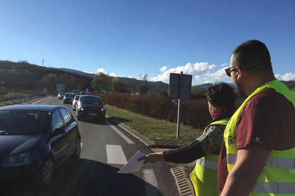 A Pérignat-les-Sarliève, les gilets jaunes font signer une pétition. Ils ont réduit la circulation sur une seule voie dans le sens Beaumon-A75, juste avant le rond-point, créant un ralentissement.