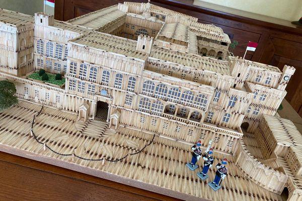 Les carabiniers sont postés à l'entrée du Palais.