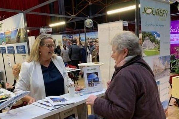 Martine Joubert et une cliente lors du Salon du voyage.