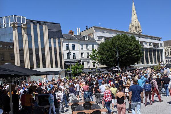 Près d'un millier de personnes ont manifesté ce samedi 17 juillet contre le pass sanitaire dans les rues de Caen
