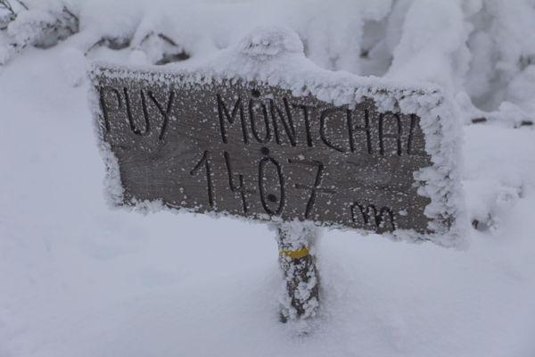 L'arrivée au sommet. Le gel a saisi le puy Montchal.