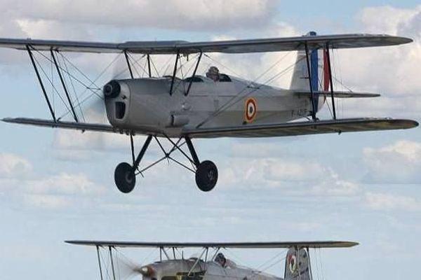 En haut - le pilote blésois à bord de son biplan qui s'est écrasé le 30 mai sur le tarmac de l'aérodrome du Breuil (Loir-et-Cher)