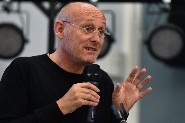 Bernard Laporte plaide en faveur de sa candidature au poste de président de la FFR dans plusieurs villes de France. Ici à  Villeneuve-d'Ascq en octobre 2015