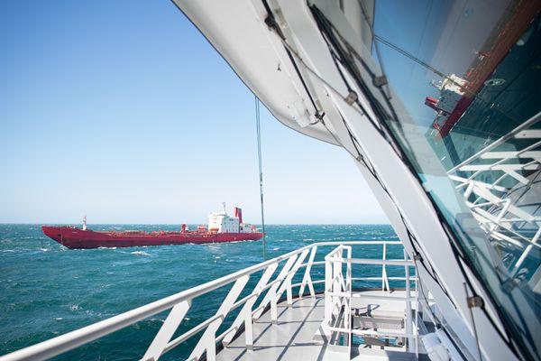 La coque du pétrolier Varzuga à la dérive au large du Cotentin