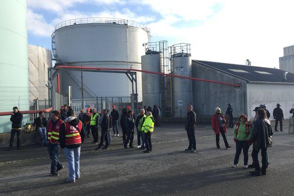 Des manifestants devant la raffinerie de Lorient