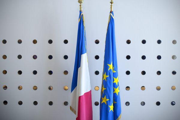 Ces drapeaux pourraient être dans chacune des salles de classes des établissements du premier et du second degré, publics ou privés sous contrat.