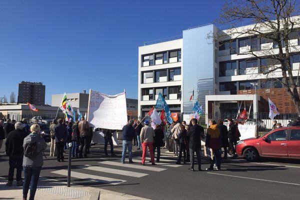 Une petite centaine de personnes s'est rassemblée devant les locaux de l'académie à Nevers (Nièvre) ce mardi.