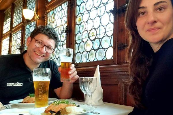 Vinicius et Daniela, un couple brésilien, découvrent la fameuse choucroute aux trois poissons de la Maison Kammerzell.