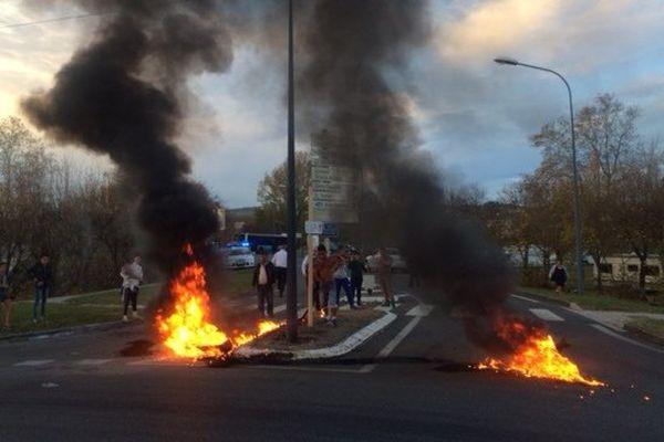 Jeudi soir, les gens du voyage bloquent un rond-point du quartier de la Borde-Basse, à Castres.