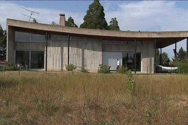 Proche de le Corbusier, Pierre Debeaux, l'une des grandes figures du modernisme toulousain, a conçu cette maison tout en béton au style dépouillé.