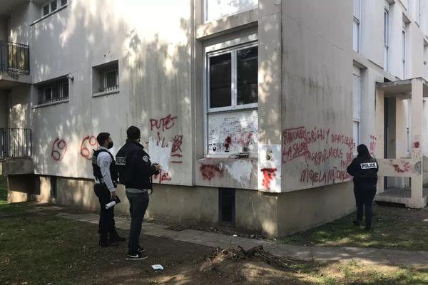 Des tags menaçants et insultants vis-à-vis des forces de l'ordre et du maire de Grigny avaient été découverts en octobre 2020, sur des façades et montées d'escaliers d'une résidence de la commune.
