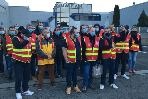 Des salariés et des soutiens syndicaux devant l'entreprise Sumpar, à Boos (Seine-Maritime), menacée de 48 licenciements, ce vendredi 15 janvier.