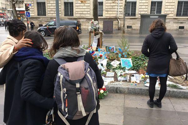 Des passants se recueillent devant l'arbre du souvenir, place de la République, à Paris, le 13 novembre 2016.
