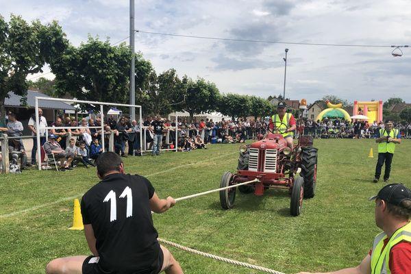 Parmi les huit épreuves pour les hommes, on trouve l'épreuve des carioles : les concurrents doivent y tirer un tracteur d'1,5 tonne sur 15 mètres à l'aide d'une corde, en moins d'une minute trente !