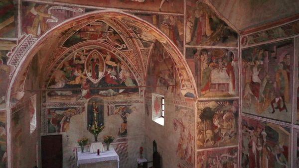 À l'intérieur de la chapelle Notre-Dame-des-Fontaines (La Brigue, Alpes-Maritimes), les murs sont recouverts de fresques du XVe siècle.