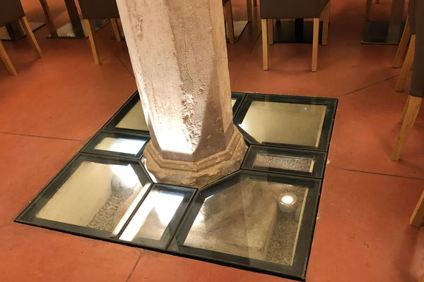 Dans la salle du petit déjeûner, les piliers sont entièrement mis en valeur.