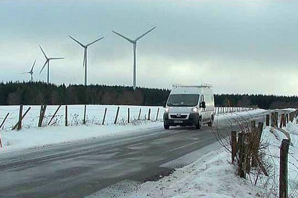 Servières (Lozère) - le projet d'agrandissement du parc éolien, de 7 à 12 machines, est contesté par des riverains - janvier 2016.