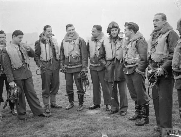 Les pilotes polonais du 303 Squadron à Leconfield, le 24 octobre 1940, après avoir été relevés par le 615 Squadron de Mouchotte à Northolt.