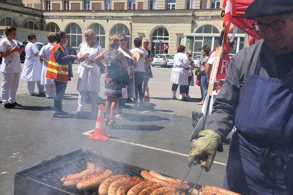 Quelques agents du service des urgences de l'hôpital de Cherbourg se sont rassemblés autour d'un barbecue ce mardi 2 juillet 2019