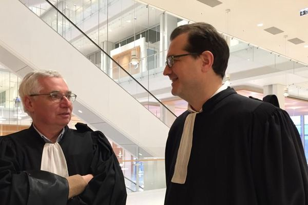 Les avocats de Jacques Poujol, Laurent de Caunes à gauche et Jérôme Triomphe  à droite défendent le trader néerlandais Johannes Fasen, absent au procès.