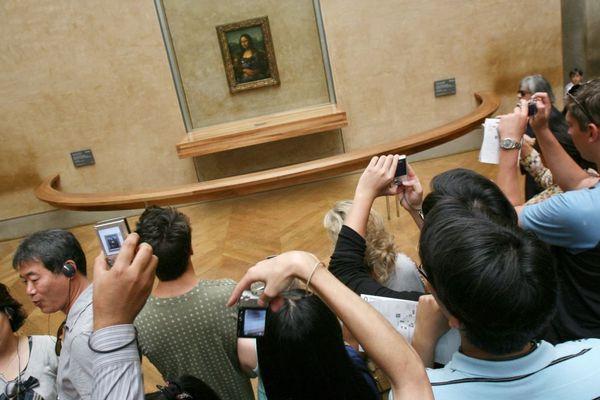 """""""La Joconde"""", peinte au début du 16e siècle par Léonard de Vinci, dans les galeries du Louvre à Paris (illustration)."""