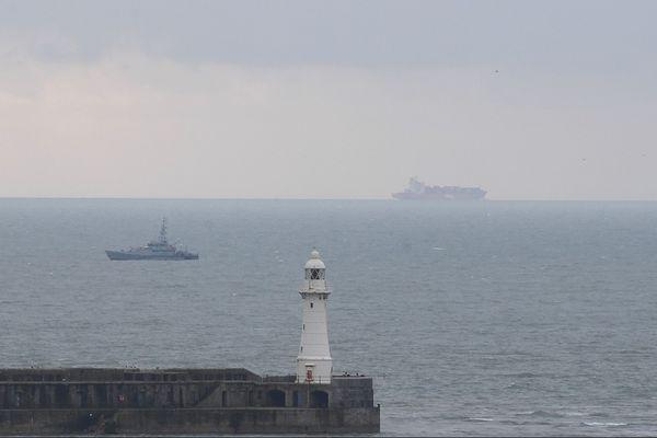 Une vedette de la Border Force britannique à la sortie du port de Douvres.
