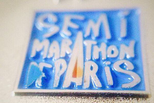 Gros plan sur une médaille du Semi-Marathon de Paris.