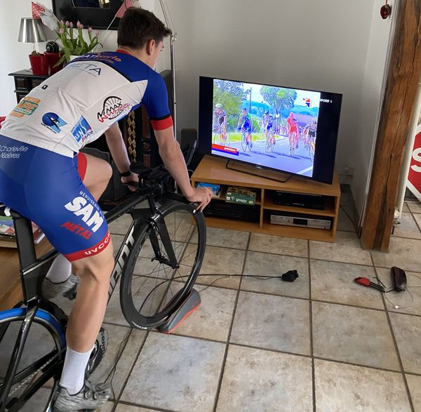 Louis Coquerêt, Le jeune espoir du cycliste ardennais s'entraîne sur son home trainer depuis le début du confinement.